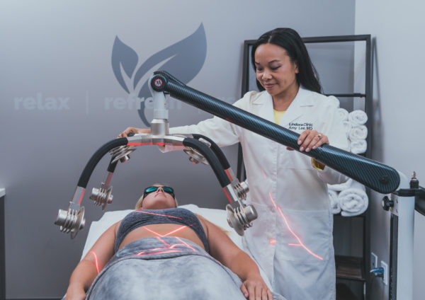 Dr. Amy Lee using the new Zerona Z6 body contouring technology to a Lindora Clinic patient